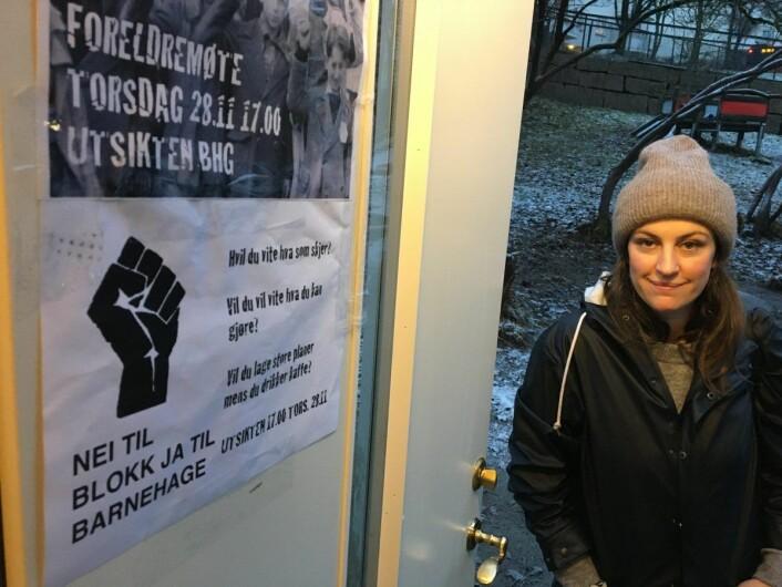 Camilla Martin foran plakaten som viser at foreldrene vil kjempe for at Utsikten barnehage skal overleve bydelspolitikernes budsjettbehandling torsdag 12. desember. Foto: Vegard Velle
