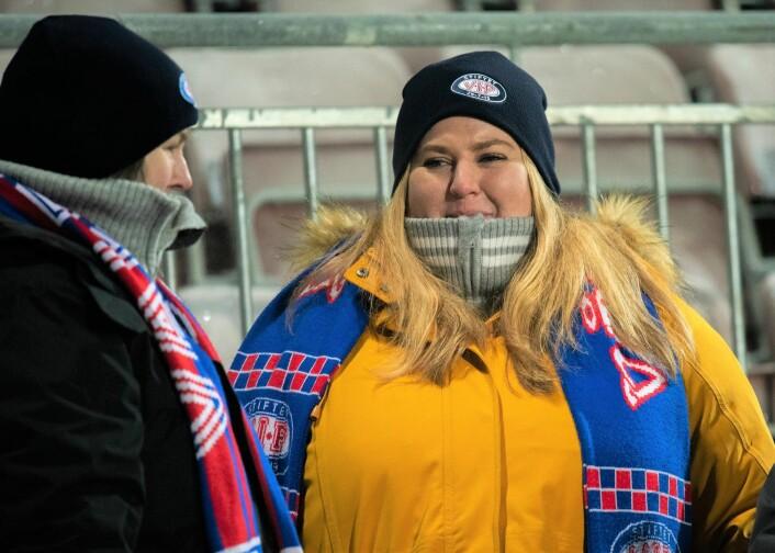 Fotballkamp i begynnelsen av desember kan være en kald affære. Spesielt når Vålerenga-spillet ikke varmer spesielt mye. Foto: Bjørnar Morønning