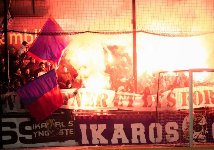 Begge lags supportere feiret siste seriekamp med pyroshow på tribunen. Foto: Bjørnar Morønning