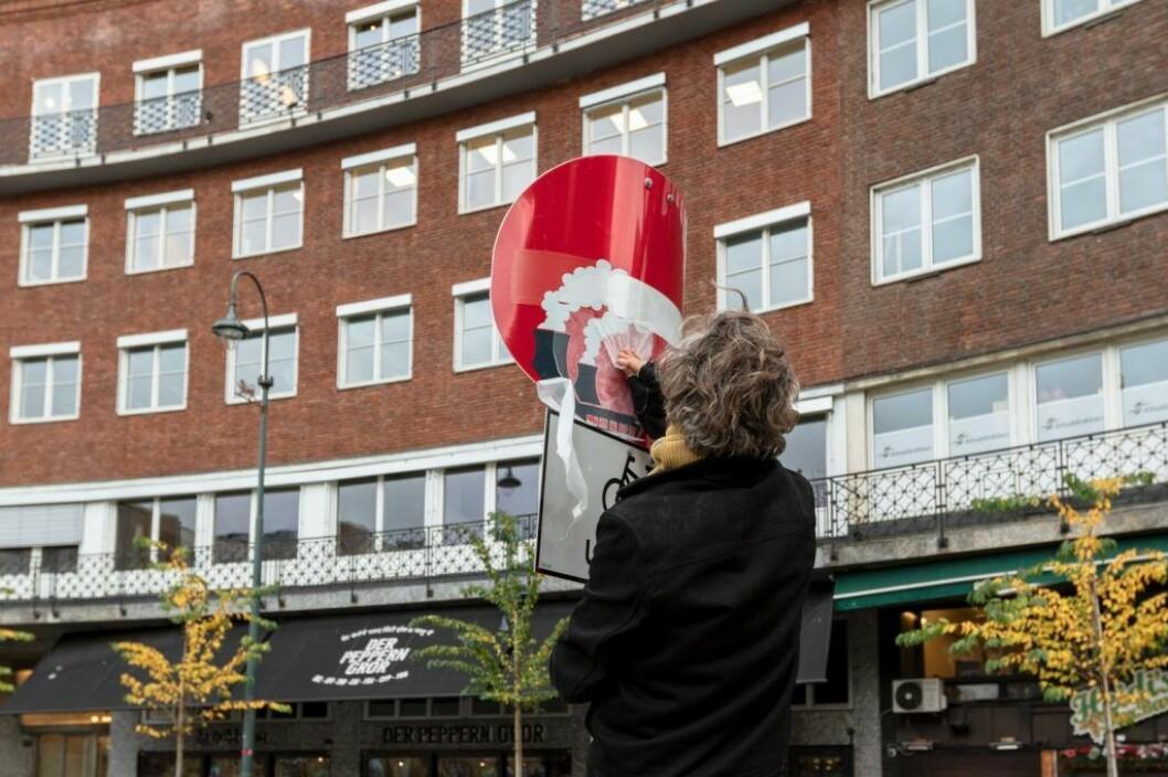 Enveiskjøring blir til kunstverk på Frithjof Nansens plass ved Rådhuset. Foto: Henrik Haven