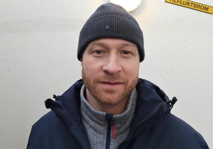 Martin Røymark håper han slipper operasjon. Og fulgte lagkameratene fra tribunen søndag. Foto: André Kjernsli