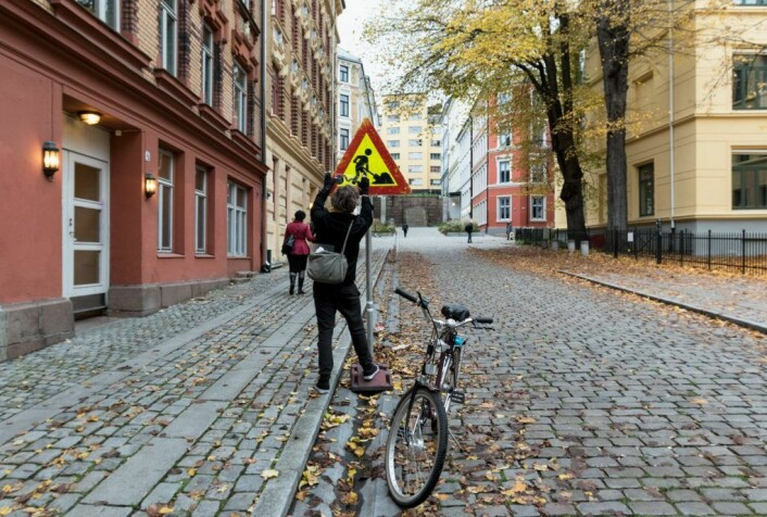 I den europeiske miljøhovedstaden Oslo farter Clet Abraham rundt på sykkel når han skaper skiltkunst. Eller hærverk, som kommunen kaller det. Foto: Henrik Haven