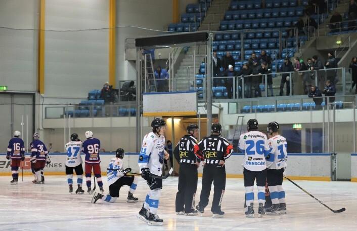 Porten til ismaskinen streiket og førte til en ekstra lang pause før siste periode. Foto: André Kjernsli.