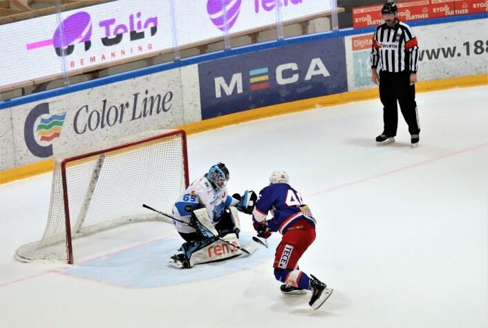 Tobias Lindström misset på straffe mot slutten, men det hadde ikke noe å si for utfallet av kampen. Foto: André Kjernsli.
