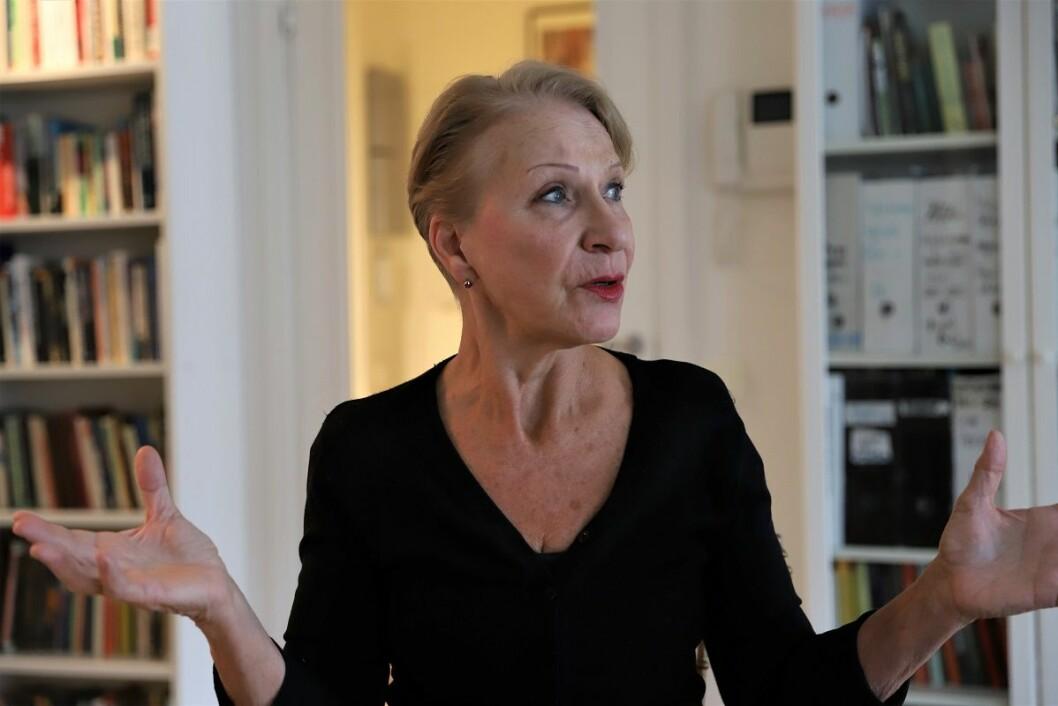 Anna Sigridsdatter Heen er nær nabo til de tomme husene. Hun ønsker at kommunen skal stille strengere krav til opprydning. Foto: André Kjernsli