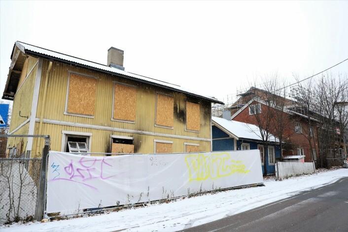 Slik ser det gule huset ut fra Hasleveien. De blå og røde husene har heller ikke vært bebodd på mange år. Her ønsker nabolaget seg strikkekafé eller offentlig møteplass. Foto: André Kjernsli