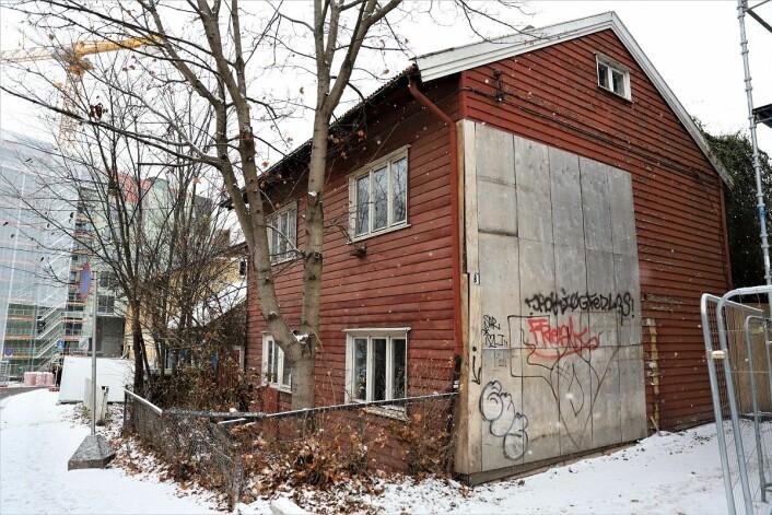 Øyvind Austenaa har fått medhold i å rive det røde huset i Hasleveien 8, men er ikke fornøyd med at det gule huset i Hasleveien 4 fortsatt skal stå. Foto: André Kjernsli