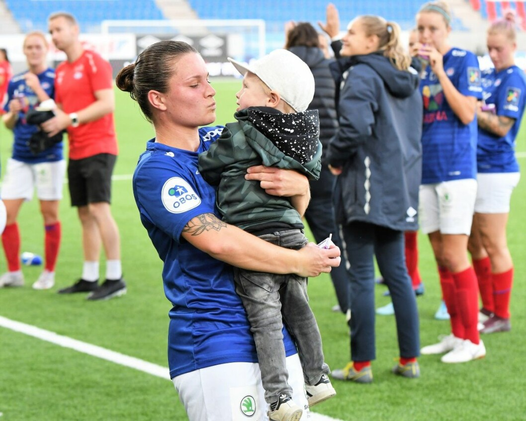 Vålerengas midtbanegeneral Sheda Spitse, her med sønnen, ble mandag valgt til årets kvinnelige fotballspiller i Norge. Foto: Christian Boger