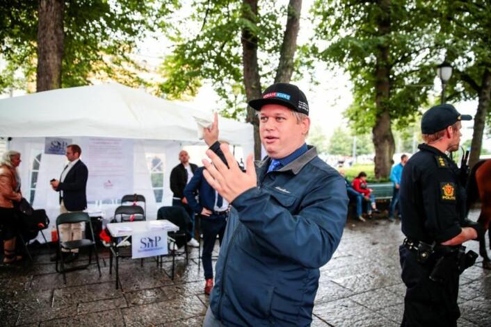Den danske politikeren Rasmus Paludan, fra det danske partiet Stram Kurs, besøkte Selvstendighetspartiets valgbod på Karl Johans gate. Foto: Håkon Mosvold Larsen / NTB scanpix