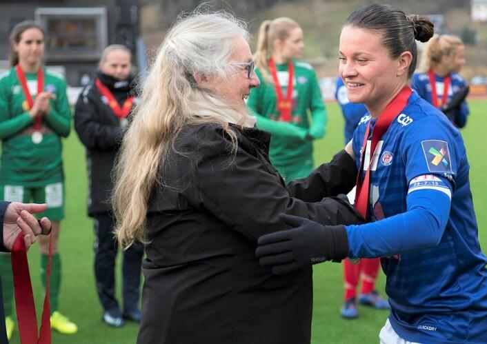 Det har vært en god medaljehøst for Vålerenga-kaptein Sherida Spitse. Først ble det sølvmedalje i serien, cupfinale og så anerkjennelse som norsk kvinnefotballs beste spiller denne sesongen. Foto: Marit Hommedal / NTB scanpix
