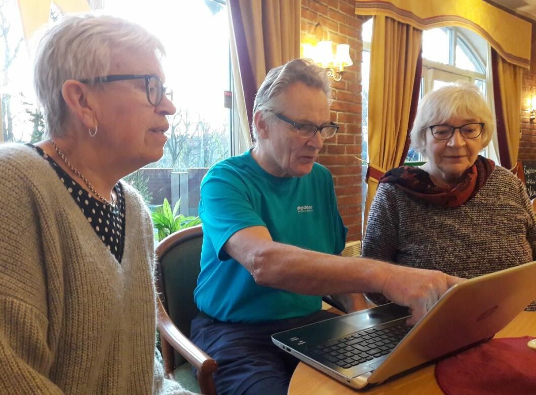 Marie Thune (til v.), Jens Johannesen og Eva Melgård, i brukerrådet for Engelsborg ressurssenter, studerer dagens nyheter på nett. Foto: Anders Høilund