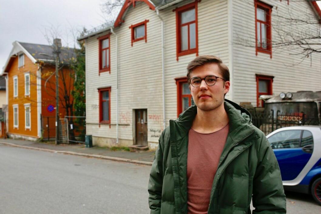 Styreleder Fredrik Flem ønsker at noen skal ta ansvar for tomtas tilstand. Foto: Stig Jensen