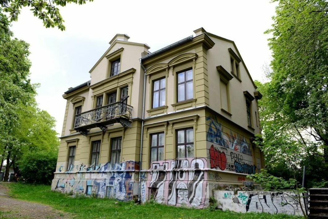 Endelig blir den gamle presteboligen i Stensparken til et ungdomshus for nærmiljøet. Oppussingsarbeidet er rett rundt hjørnet og ferdigstillelse er beregnet til våren 2021. Foto: Trond Løkke
