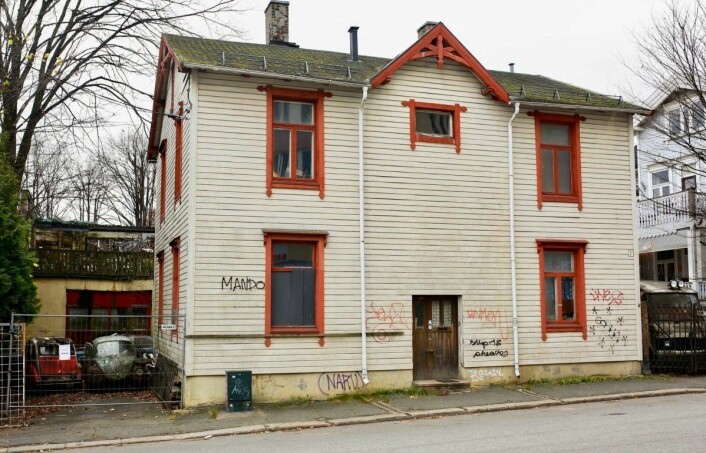 Husets to etasjer har ikke vært bebodd av folk på mange år. Naboene mener husets tilstand går ut over sikkerheten i nabolaget. Foto: Stig Jensen