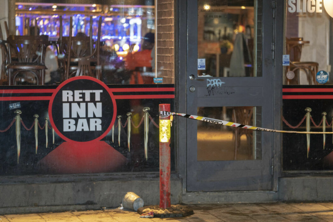 Politisperringer utenfor Rett Inn Bar i Storgata etter at en 28-åring angrep tre menn med machete og livstruende skadet den ene. Foto: Heiko Junge / NTB scanpix
