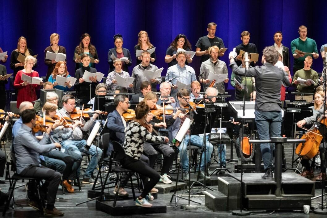 Én av fem i Operaorkesteret har fritak fra å bli eksponert for scenerøyk. Til sammen 23 har medarbeidere ved Den Norske Opera & Ballett dokumenterte helseutfordringer på grunn av røykbruken under forestillinger. Foto: Audun Braastad / NTB scanpix