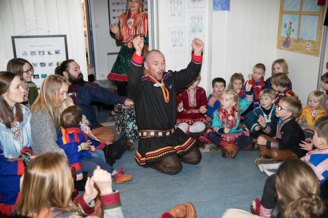 Mikkel Gaup underholder barna på samefolkets dag i samisk barnehage i Oslo. Foto: Vidar Ruud / NTB scanpix