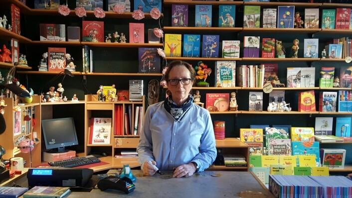 Anne Borge synes det er trist å tømme butikken for alle de små skattene som har fylt bokhandelen. Foto: Tarjei Kidd Olsen