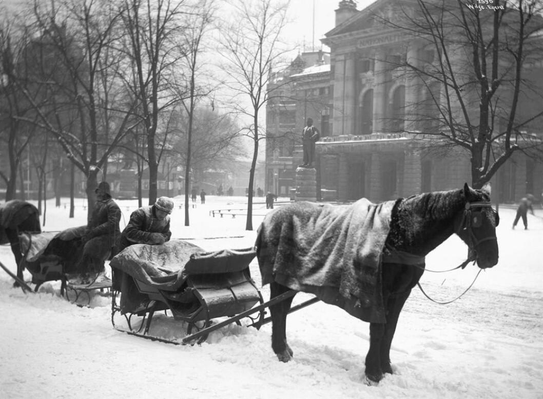 Slededrosjer ved Nationaltheatret, 1904. Foto. Anders B. Wilse
