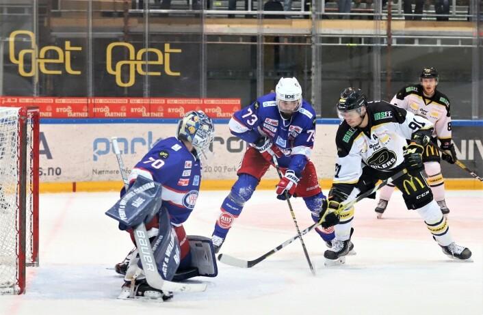 Vålerengas Villiam Strøm og gjestenes Tommy Kristiansen hadde mange dueller i kampen. Foto: André Kjernsli