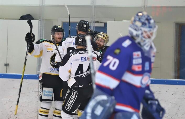 Oilers jubler for ledelse, i forkant en resignert Steffen Søberg. Foto: André Kjernsli