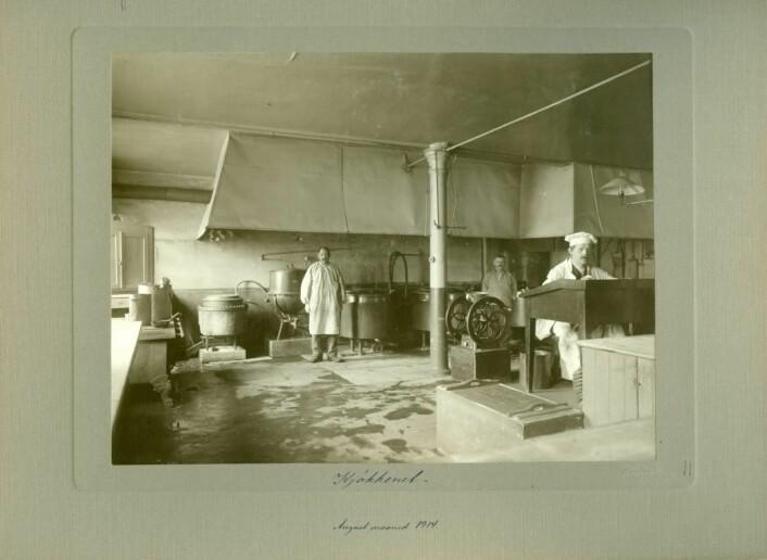 Prindsekjøkkenet. I 1833 åpnet sentralkjøkkenet i kjelleren i fabrikkbygningen. Her ble det laget mat til alle de innsatte i tvangsarbeidsanstalten og sinnssykeasylet. Foto: Ludvig Forbech for Fengselsstyret i 1914, Riksarkivet