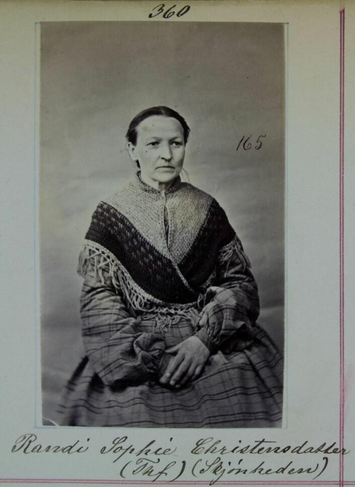Randi Sophie Christensdatter var på arbeidsanstalten for første gang i 1848. Hos politilegen står hun skrevet inn med kallenavnet Skjønheden. Foto: Ukjent/Justismuseet-Nasjonalt museum for politi, rettsvesen og kriminalomsorg