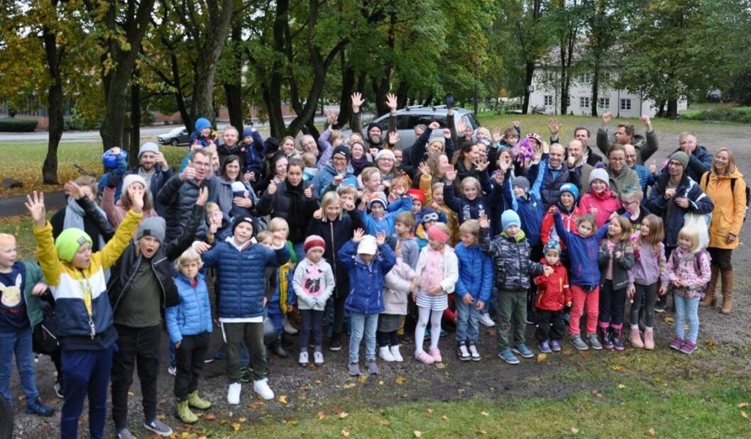 Elever og foreldre fra Bolteløkka ved tomten de mener kan huse en paviljongskole på Adamstuen. Men nå er de i ferd med å tape kampen mot utdanningsetaten og planene om bussing til Brynseng skole i over to år. Foto: Arnsten Linstad