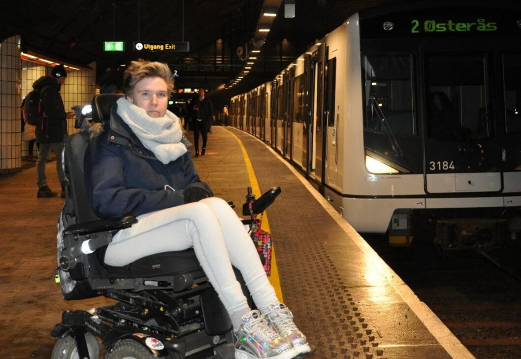 � Hvis man sitter i første vogn på T-banen og skal av på Nationaltheatret stasjon er det faktisk helt umulig å komme seg av, sier Rødt-politiker og rullestolbruker Rina Wesenberg. Foto: Arnsten Linstad