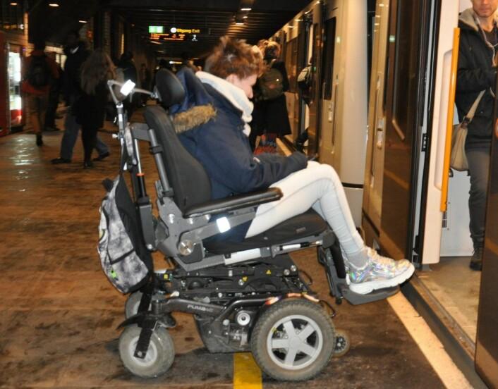 Rødt-politiker Rina Wesenberg på perrongen ved Nationaltheatret stasjon. Fordi stasjonen både ligger i en kurve og en bakke, blir det vanskelig å både komme seg på og av T-banen. Foto: Arnsten Linstad