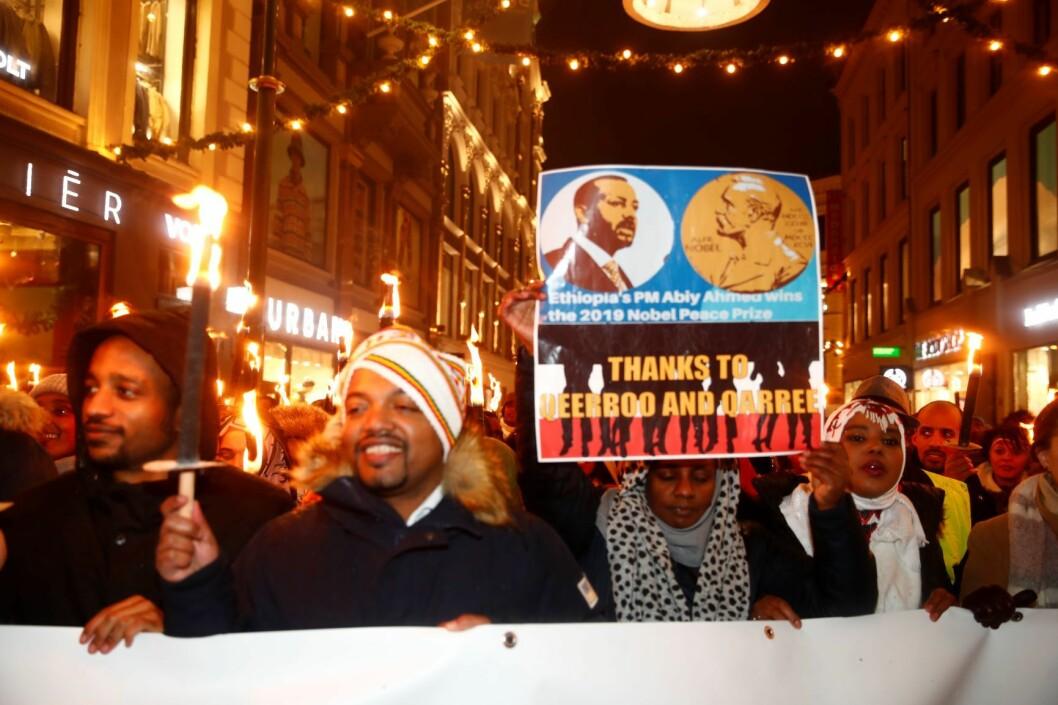 Deltakere i det tradisjonsrike Nobel-fakkeltoget hyllet tirsdag kveld nobelprisvinner Abiy Ahmed og fredsavtalen mellom Eritrea og Etiopia. Foto: Terje Pedersen / NTB scanpix