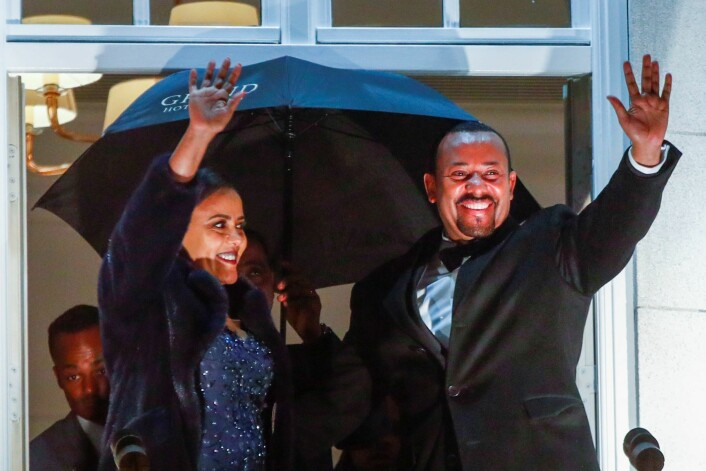 Etiopias statsminister Abiy Ahmed og hans kone Zinash Tayachew på balkongen på Grand Hotel under fakkeltoget i forbindelse med tildelingen av Nobels fredspris i Oslo tirsdag kveld. Foto: Terje Pedersen / NTB scanpix