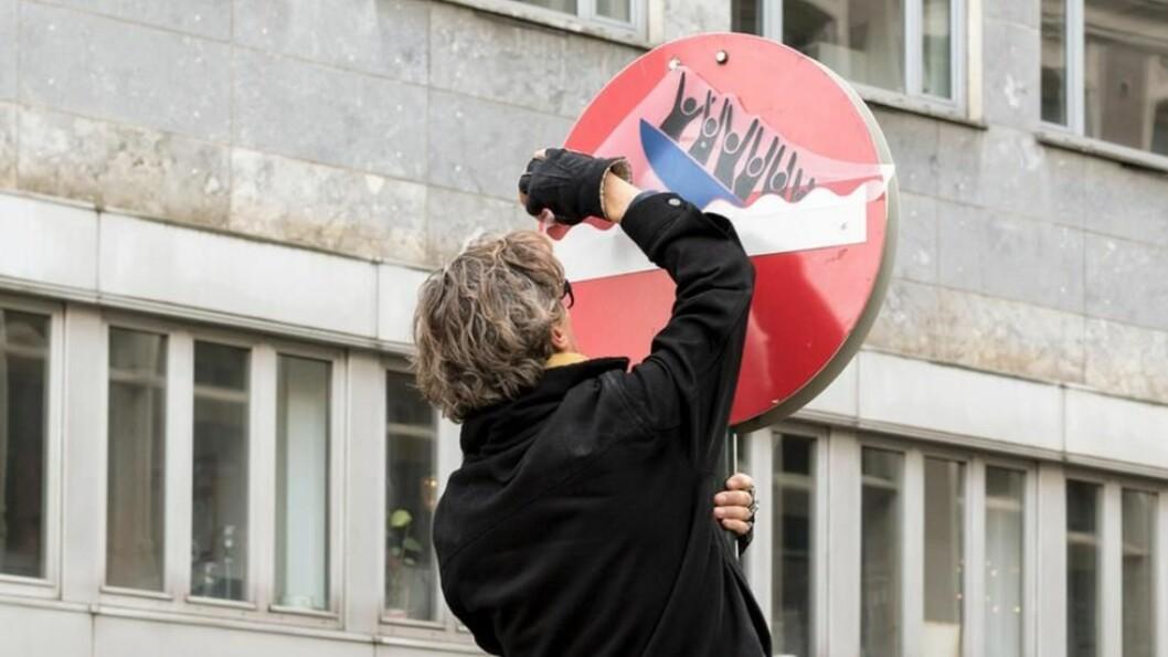 Med sin særegne kombinasjon av spissfindighet og humor utfordrer den franske kunstneren Clet Abraham grensene for makt. Foto: Henrik Haven