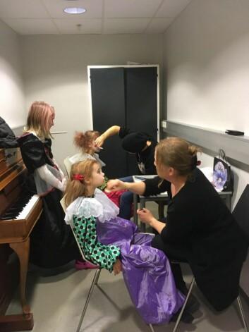 Også foreldrene er sysselsatt og hjelper til som sminkører. Foto: Maren Dahle Lauten