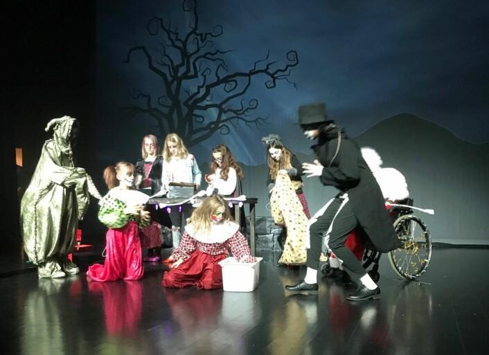 Hele 41 barn fra Ellingsrud deltar i stykket. Foto: Heidi Helen Jenssen