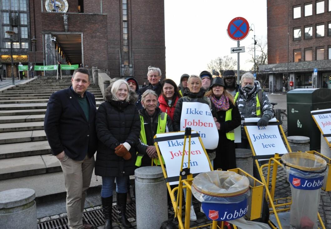 Espen Andreas Hasle (KrF) og Aina Stenersen (Frp) ytterst til venstre sammen med deltakere på Frelsesarmeens Jobben utenfor Rådhuset. Foto: Arnsten Linstad