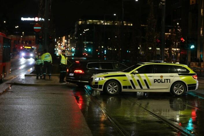 Nødetatene ble varslet om ulykken utenfor Thon Hotel Opera klokken 23.36. Dronning Eufemias gate var en periode stengt, men ble åpnet igjen like etter midnatt. Foto: Ørn E. Borgen / NTB scanpix