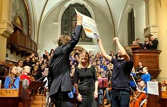 Dansende glade dirigenter og barn da Bislett Guttekor og Bolteløkka Jentekor fikk julegave på 112.000 kroner