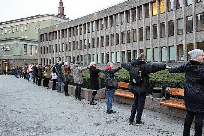 Under en tidligere aksjon slo demonstranter ring rundt Y-blokka i regjeringskvartalet. Foto: Støtteaksjone for bevaring av Y-blokka