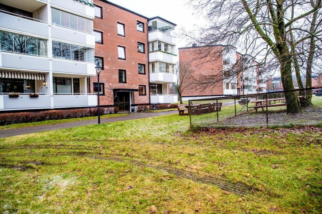 En mann døde av skadene etter en brann i denne boligblokka på Tveita i Oslo mandag. Foto: Stian Lysberg Solum / NTB scanpix