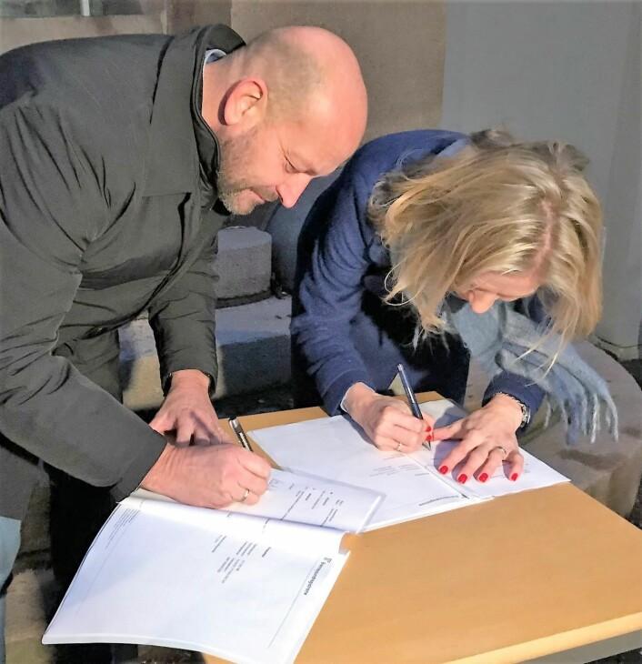 Utdanningsdirektør Marte Gerhardsen signerer driftsavtalen for Sagene bad med eier Hans Lundblad. Foto: Paul Torvik Nilsen