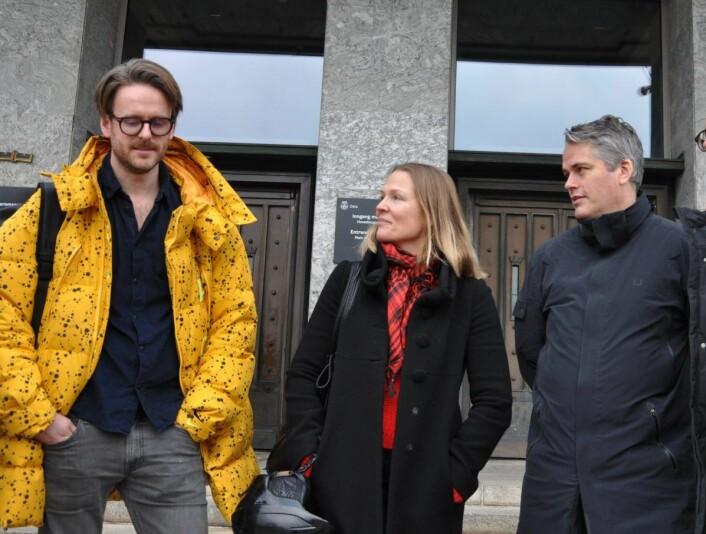 FAU-leder Magnus Ravlo-Stokke (til v.) sammen med Bolteløkka-foreldrene Åsne Seierstad og Magnus Buflod utenfor Rådhuset etter det avgjørende møtet mandag, som sikret støtte også fra de rødgrønne partiene i bystyret. Foto: Arnsten Linstad