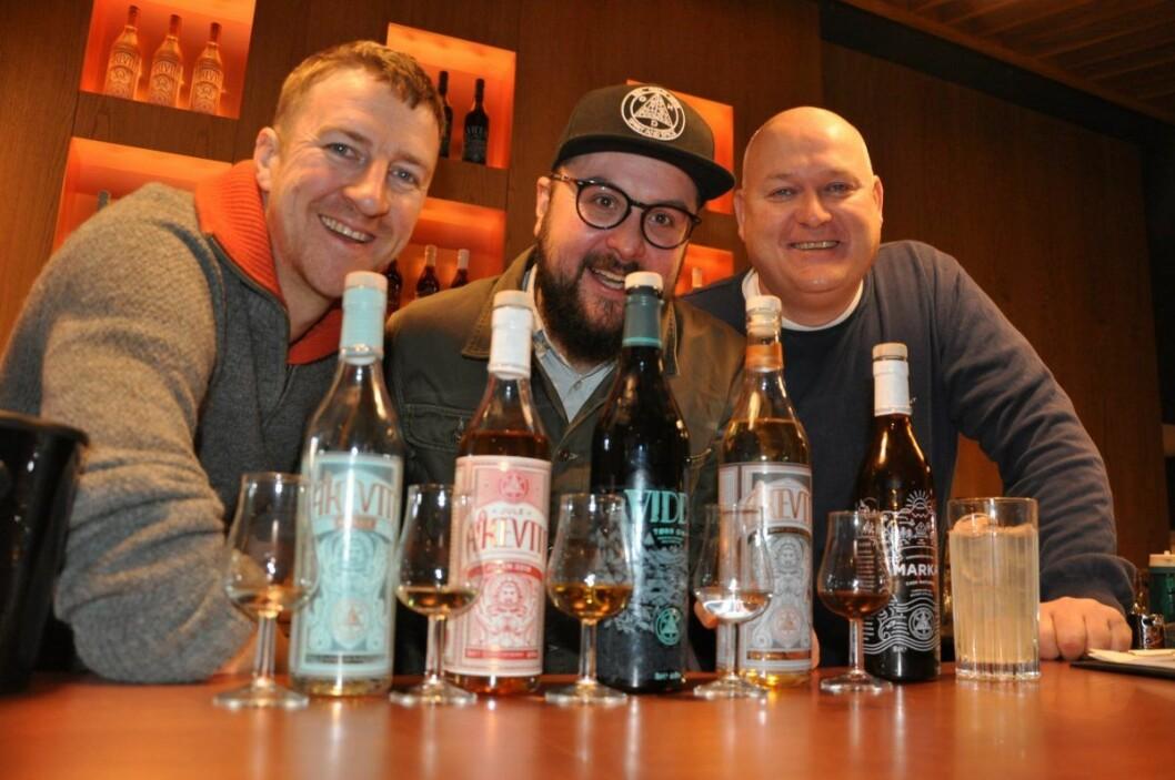 Matt Ensor, Frederik Dahl og Espen Tollefsen med tre typer akevitt, Vidda gin og bitteren Marka. Til høyre i glass en arktisk mojito basert på akevitt. Foto: Arnsten Linstad