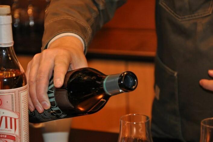 I Oslo Håndverksdestilleris bar brukes de ulike typene brennevin til å lage cocktails og longdrinks. Her skjenkes Vidda gin. Foto: Arnsten Linstad