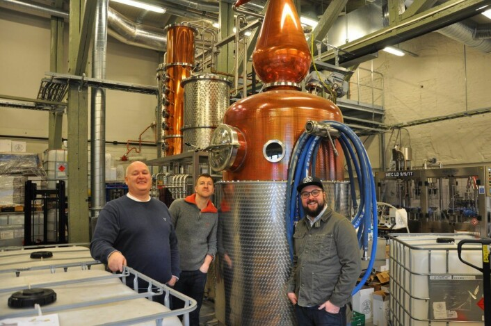 Espen Tollefsen (til v.), Matt Ensor og Frederik Dahl i destilleriet på Bryn der de produserer gin, vodka og akevitt i verdensklasse. Foto: Arnsten Linstad