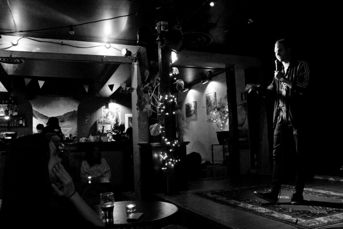 Aleksander Bastiansen in action på konseptet Illegal Comedy på Godthåb. Foto: Tone Brandal