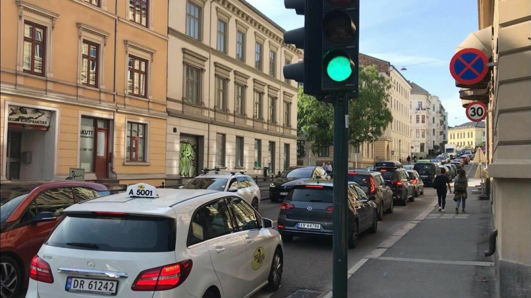 Bildet er tatt like før veien ble stengt og bør være en påminnelse om hvordan det var for barn, beboere og bilister i området. Foto: Gunnar Bolstad