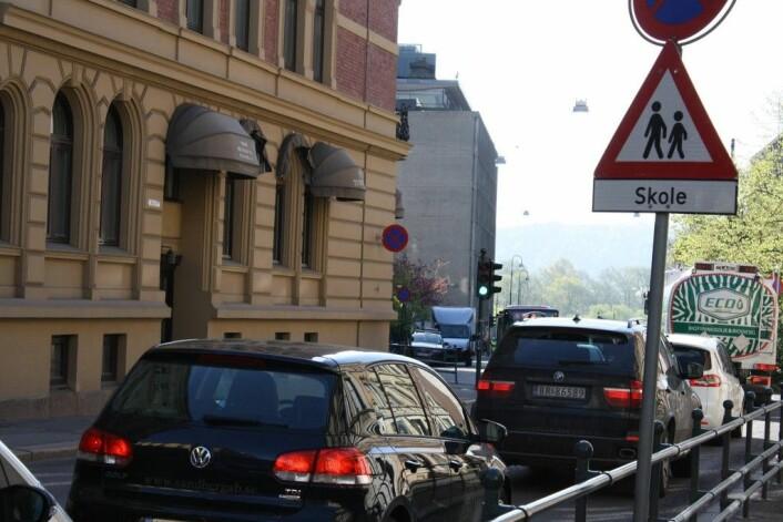 Slik så det ut i Løkkeveien ved Ruseløkka skole da veien lå åpen for trafikk. Foto: Gunnar Bolstad