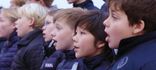 Se Sølvguttene synge julen inn på dekket av københavnbåten. God jul