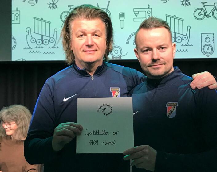 Tom Sandstad (t.v) og Håvard Solli Bergheim fra Sportsklubben 09 bryting gleder seg stort over julegaven fra Sparebankstiftelsen DNB. Foto: Privat